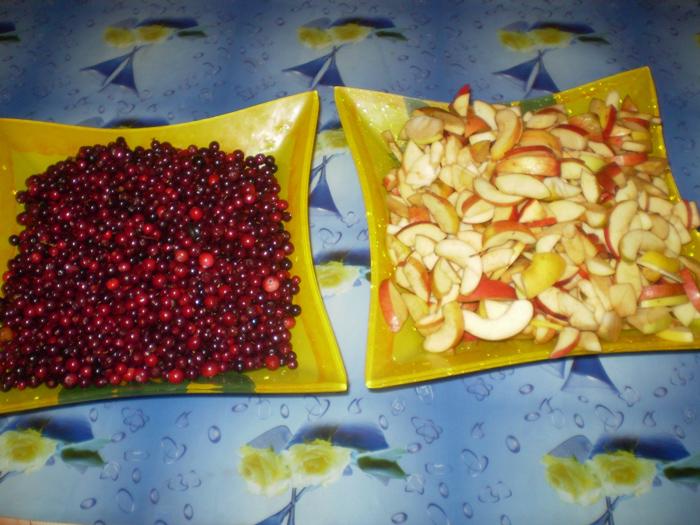 нарезанные яблоки и брусника