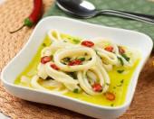 салат из маринованных кальмар