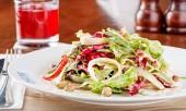 салат с маринованными кальмарами и луком