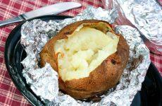 Картофель, запеченный на костре в фольге