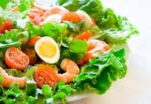 салат с черри и креветками