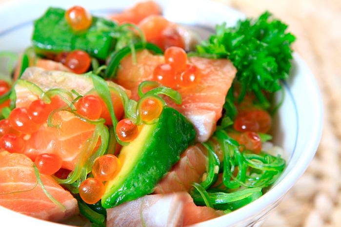 Салат из красной икры и авокадо