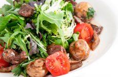 Вкусный салат из печени с руколой