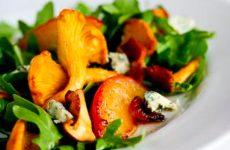 Салат с лисичками и голубым сыром