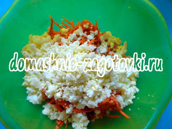 Салат с сухариками и кукурузой морковью