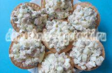 Оливье со свежими огурцами в тарталетках, необычная подача салата