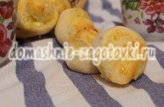 Ароматные булочки с чесноком и сыром