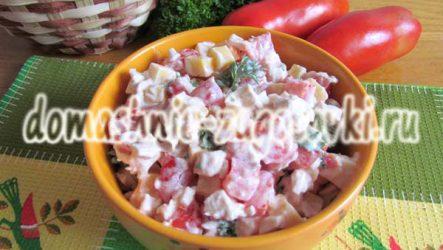 Аппетитный салат с курицей, помидорами и сыром