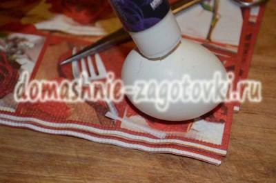 намазать яйцо клеем