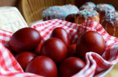 Как красить яйца в луковой шелухе с узорами на Пасху