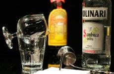 Как правильно пить самбуку и как приготовить на ее основе коктейли