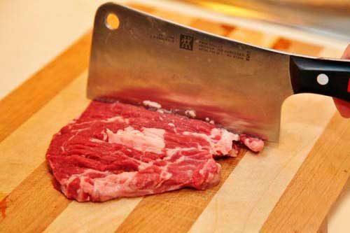 разрезать мясо