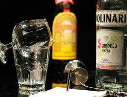 Миниатюра к статье Как правильно пить самбуку и как приготовить на ее основе коктейли
