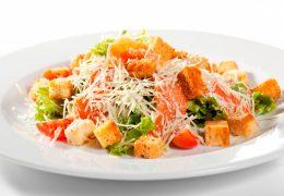 Миниатюра к статье Как приготовить знаменитый салат Цезарь с семгой