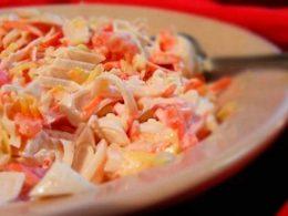 салат из консервированных кальмаров