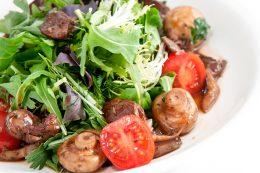 Миниатюра к статье Вкусный салат из печени с руколой